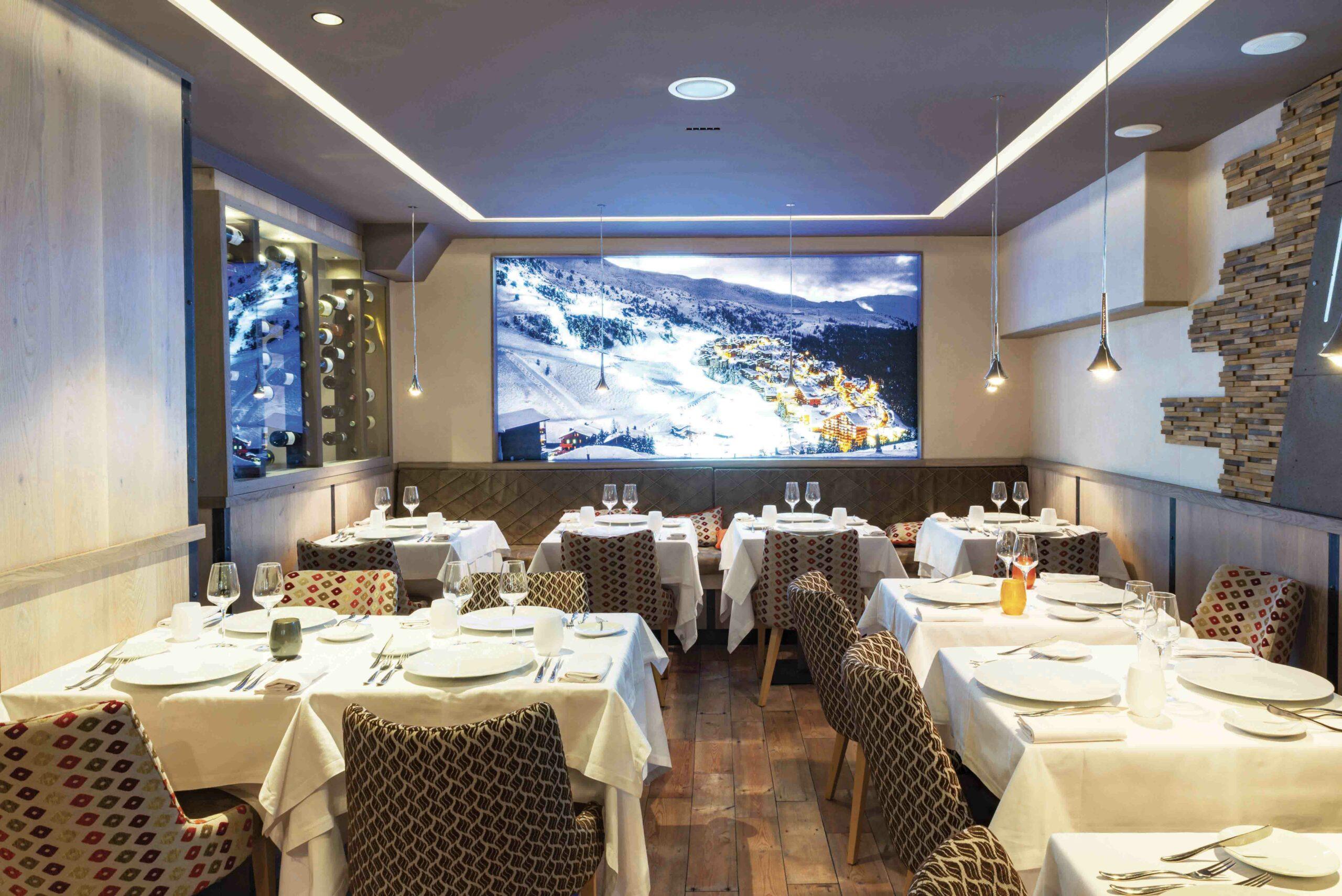 Label_Habitat_Restaurant_Marius_Méribel_Salle_Diner_Videoprojecteur